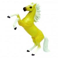 Скачущая кремовая лошадь